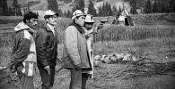 Режиссер Болот Шамшиев и операторы Аскар Жамгырчинов, Манасбек Мусаев и Самиджан Хусанбаев на съемках фильма Ак кеме. 1975-год