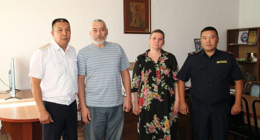 Милиционеры Урмат Акматалиев и Улан Жолдошев, которые помогли довезти задыхающегося младенца в больницу в Бишкеке