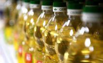 Бутылки с растительным маслом на полке магазина. Архивное фото