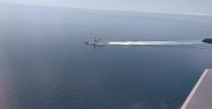 Министерство обороны России показало кадры пролета российского самолета над британским эсминцем Degender.