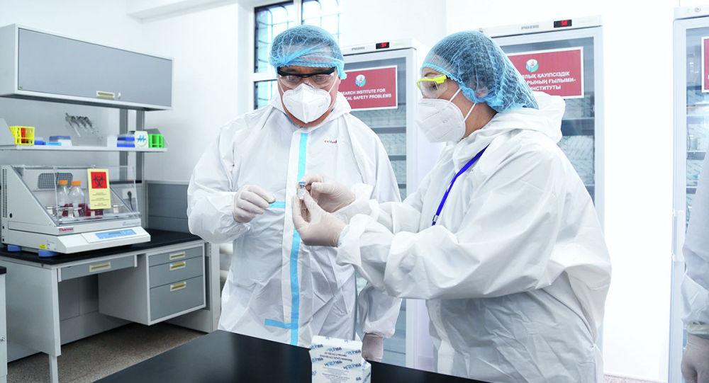 Премьер-министру РК Аскару Мамину представляют казахскую вакцину от COVID-19, QazCovid-in. Архивное фото