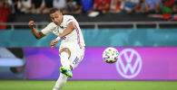 Француз Килиан Мбаппе бьет по воротам на матче Евро-2020 в Группа F между Португалией и Францией на Ференц Пушкаш в Будапеште (Венгрия)