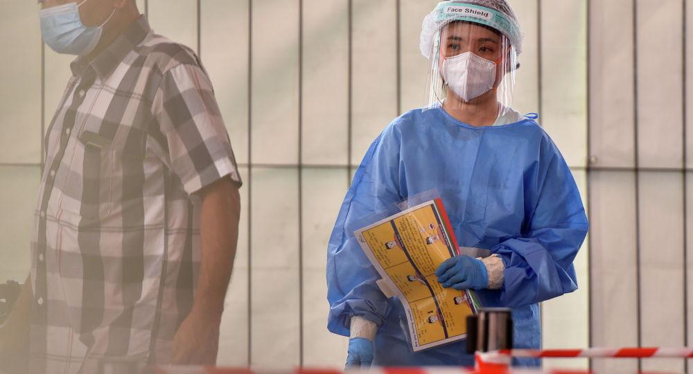 Медицинский работник на участке для анализа мазков на COVID-19