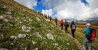 Туристы поднимаются на гору. Архивное фото