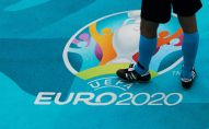 Футболист на фоне логотип чемпионата Европы по футболу 2020. Архивное фото