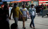 Люди идут через Таймс-сквер в Нью-Йорке. Архивное фото