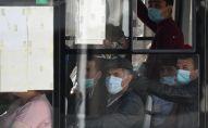 Мигранты сидят в автобусе возле Единого миграционного центра Московской области. Архивное фото
