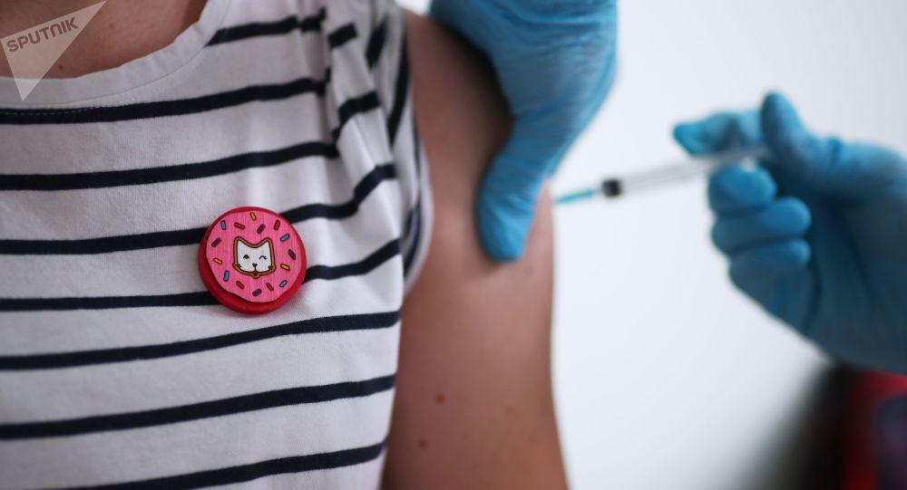 Женщина во время вакцинации. Архивное фото