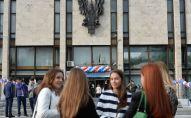 Студенты у здания Московского государственного института международных отношений (МГИМО). Архивное фото