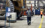 Сотрудники во время работы на территории золотодобывающего завода на руднике Кумтор Голд Компани. Архивное фото