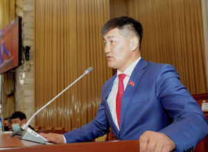 Депутат Жогорку Кенеша Шайлообек Атазов на заседании. Архивное фото