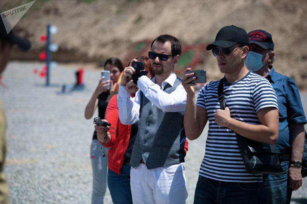Представители СМИ ведут съемку на мини-турнире по снайпингу среди журналистов в Бишкеке