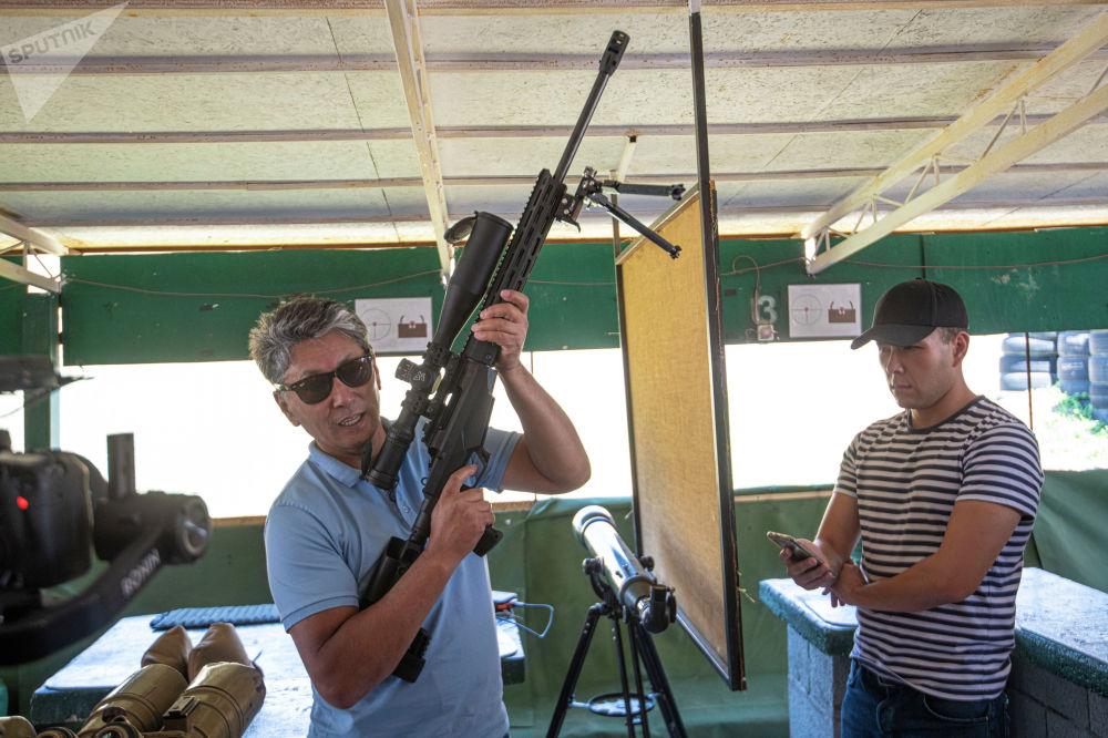 Организаторы мини-турнира по снайпингу среди журналистов в Бишкеке ведут инструктаж