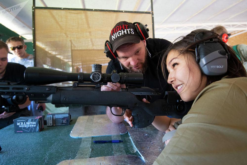 Участница мини-турнира по снайпингу среди журналистов в Бишкеке готовится к выстрелу