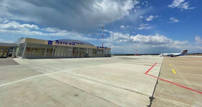 В Международном аэропорту Иссык-Куль встретили первый в этом году рейс из города Ош. 25 июня 2021 года