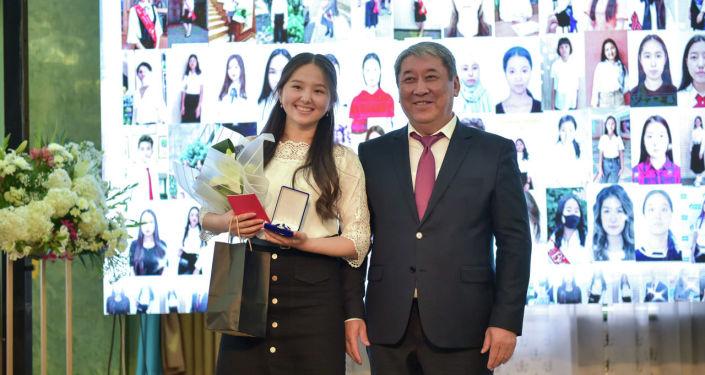 И.о. мэра Бишкека Бактыбек Кудайбергенов на торжественной церемонии вручения аттестатов особого образца Алтын тамга выпускникам 11-х классов столичных школ. 25 июня 2021 года