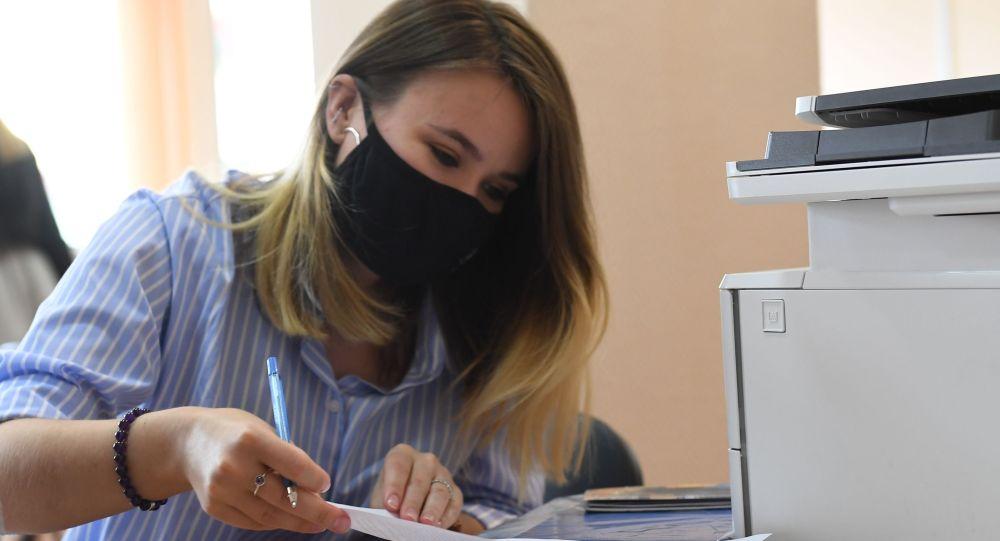 Абитуриент заполняет документы. Архивное фото