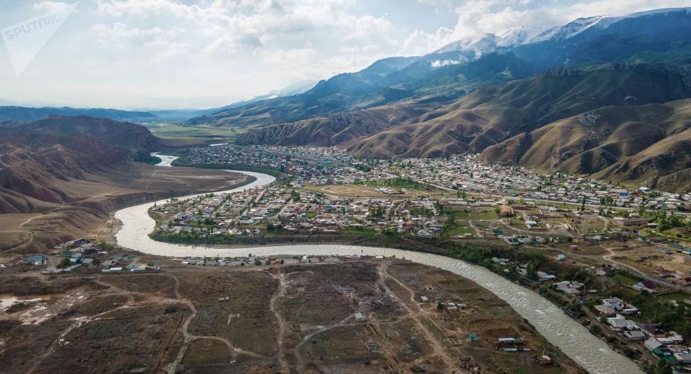 Вид с высоты на жилые дома и реку в городе Нарын. Архивное фото