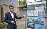 Сотрудник мэрии Бишкека показывает проект многоуровневой автостоянки