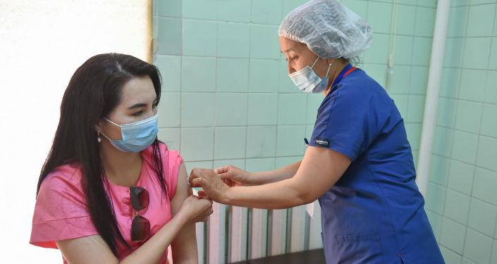 Председатель кабинета министров КР вместе с супругой привились от COVID-19 в одном из пунктов вакцинации в Бишкеке. 26 июня 2021 года
