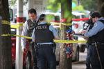 Сотрудники полиции на месте стрельбы в жилом комплексе Wentworth Gardens в районе Бриджпорт в Чикаго, США. 23 июня 2021 года