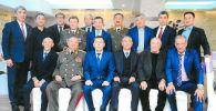 Кыргыз ССРнин полковниги Чоро Мураталиев (оң жакта экинчи) кесиптештери менен. Архив