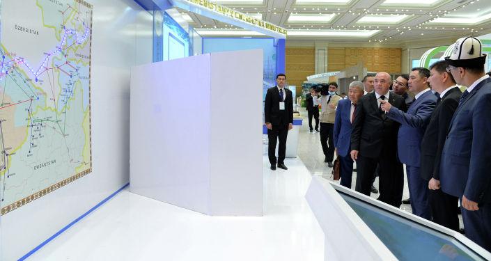 Президент Садыр Жапаров во время выставки экспортных товаров Туркменистана. 27 июня 2021 года