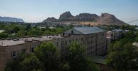 Вид на жилые дома и гору Сулайман-Тоо в городе Ош. Архивное фото