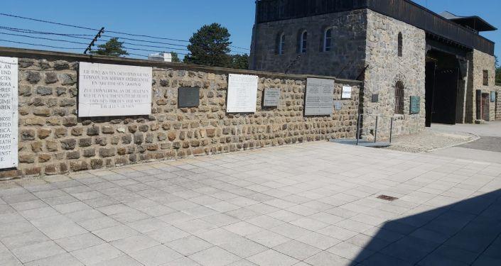 Стена с мемориальными досками военнопленным, участвовавшим в Великой Отечественной войне в Маутхаузене (Австрия)
