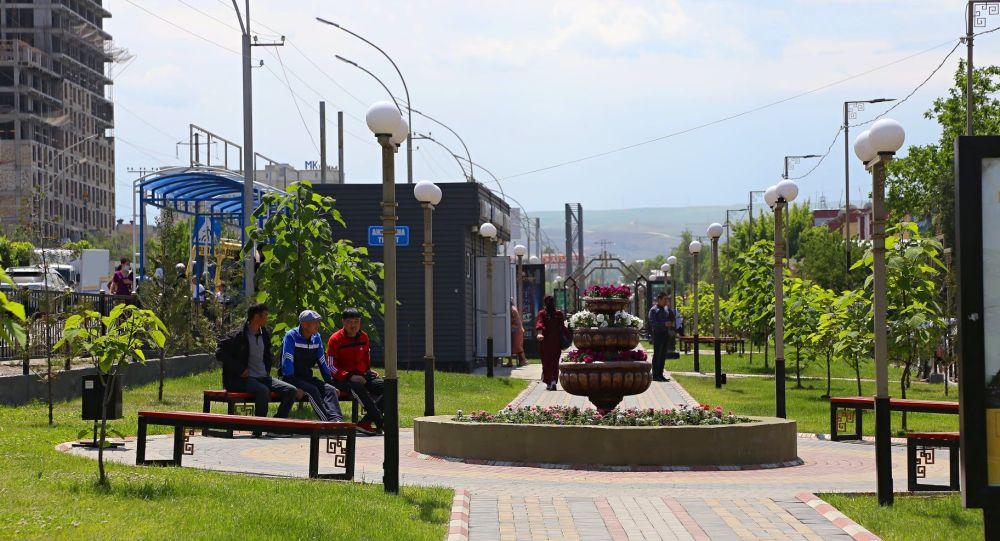 Отдыхающие на аллее Ак Ниет в микрорайоне Т. Кулатова в Оше. Архивное фото