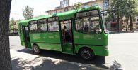 Автобус марки ISUZU, узбекского производства на одной из улиц Бишкека