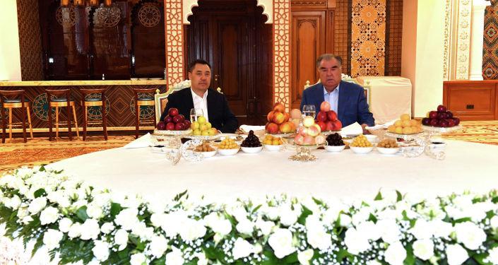 Президенты Кыргызстана Садыр Жапаров и Таджикистана Эмомали Рахмон на встрече в загородной резиденции Бахор в Варзобском районе Таджикистана