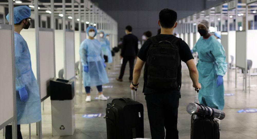 Мужчина прибывает, чтобы пройти тестирование на коронавирусную болезнь (COVID-19) перед Всемирным мобильным конгрессом (MWC) в Фира-де-Барселона, Барселона. Испания, 27 июня 2021 года