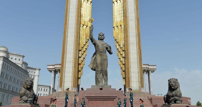 Памятник основоположнику таджикского государства Исмоили Сомони в городе Душанбе
