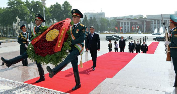 Президент Кыргызстана Садыр Жапаров во время возложение венка к памятнику Исмоили Сомони в Душанбе в рамках официального визита в Таджикистан. 29 июня 2021 года