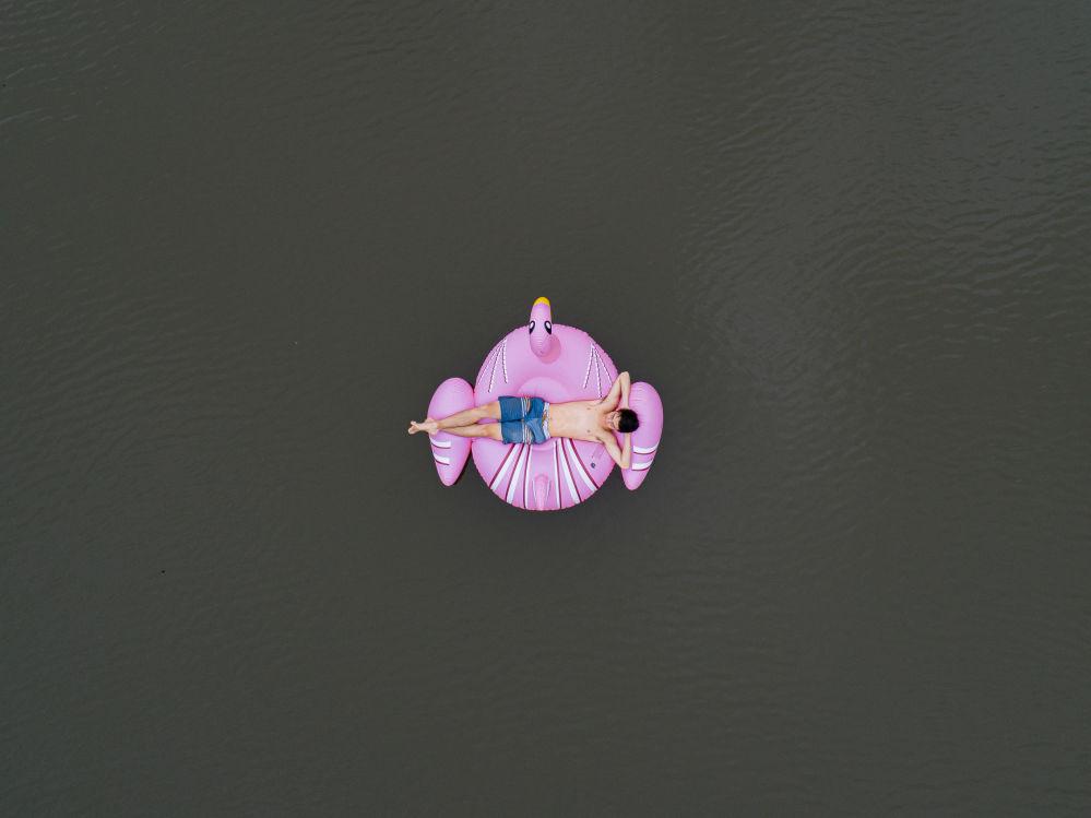 Австралиялык фотограф Тод Кеннединин бул эмгеги Күйгөн жердин дарыясы деген атка конду. Ал конкурстун финалына чейин жеткен эмгектердин бири болду