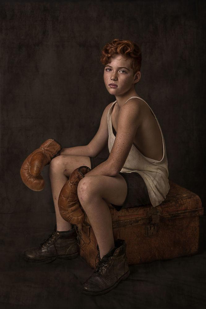 Бул сүрөт Портреттик тарых категориясында үчүнчү орунду ээледи. Австралиялык Нэнси Фламми аттуу фотографтын эмгеги Коё тур, сельфи жасап алайын деп аталат