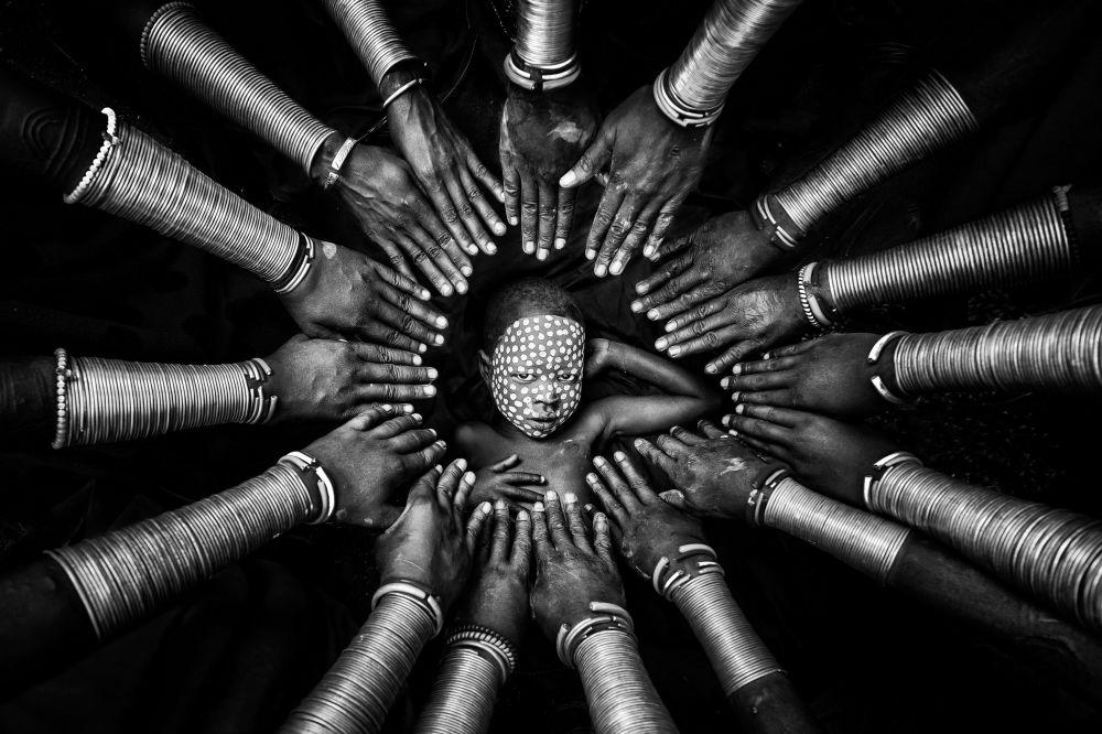 Мьянмалык сүрөтчү Зай Яр Лин бул чыгармасын Уруулук окшоштук деп атаган. Эмгек Үй-бүлөлүк портрет сынагында биринчи орунга татыды