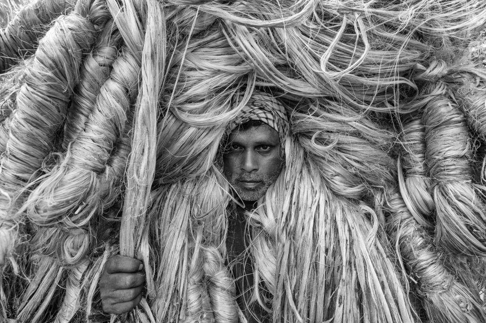 Алтын булалуу адам аталыштагы бул эмгек бангладештик сүрөтчү Азим Хан Ронниге таандык. Була өндүрүшүндө эмгектенген кишинин портретин чагылдырган бул эмгек авторго Кадимки портрет категориясында үчүнчү орунду алып берди