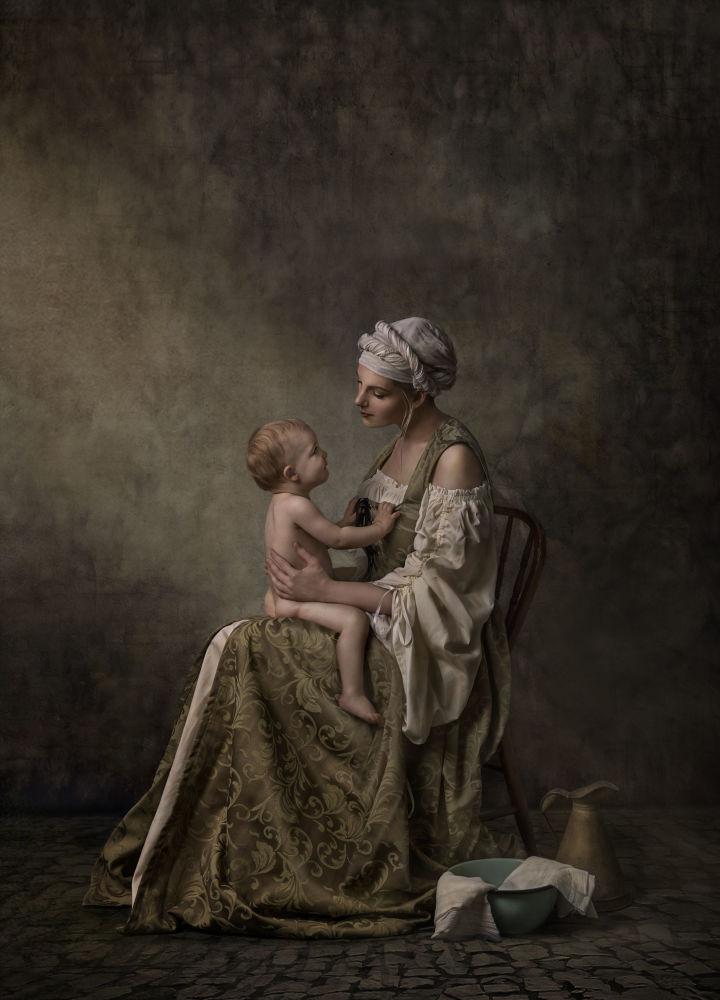 Үнсүз байланыш деп аталган бул эмгекти австралиялык фотограф Ненси Фламми тарткан. Сүрөт Үй-бүлөлүк портрет категориясында үчүнчү орунга татыды