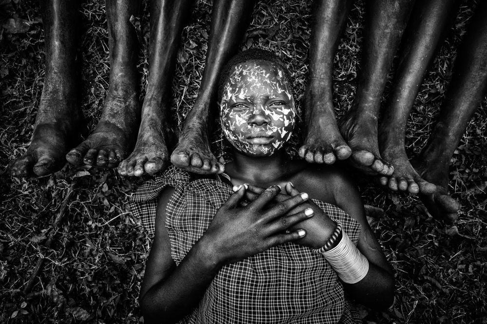 Сури уруусунун кызы аталыштагы сүрөттү фотограф Зай Яр Лин (Мьянма) тарткан.  Үй-бүлөлүк портрет категориясында бул эмгек жеңүүчү болду