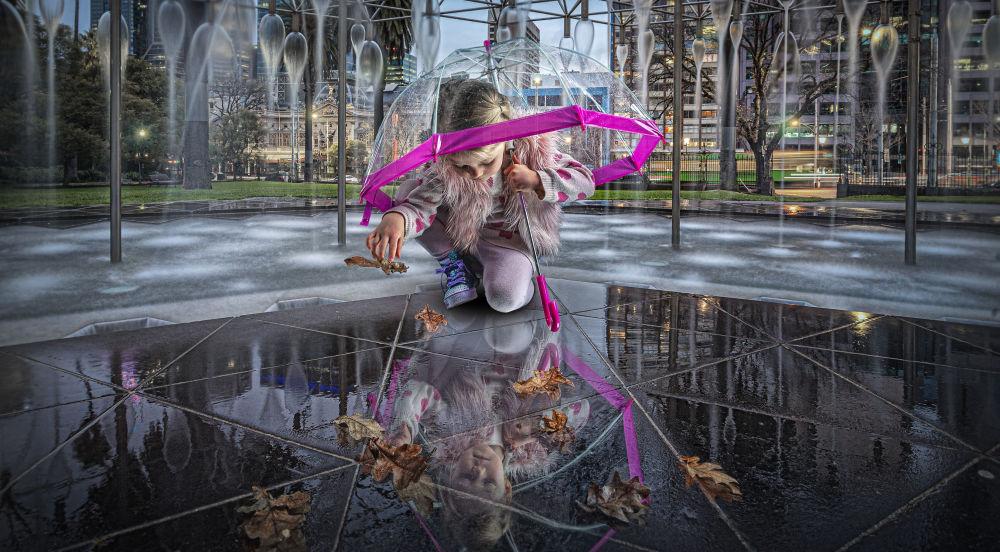 Оргуган жаштык деп аталган сүрөттү австралиялык фотограф Адриан Донахью тарткан. Эмгек мыктылардын сабына кирип, конкурстун финалына өттү.
