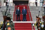 Администрация президента Кыргызстана опубликовала видео церемонии официальной встречи главы страны Садыра Жапарова и президента Таджикистана Эмомали Рахмона в Душанбе.