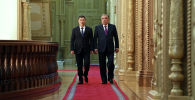 Президент  Садыр Жапаров и президент Таджикистана Эмомали Рахмон во время встречи в формате тет-а-тет в Душанбе