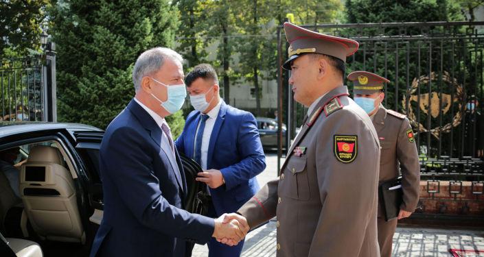 Министр обороны Кыргызстана Таалайбек Омуралиев во время официального визита министра обороны Турции Хулуси Акара в Бишкеке. 29 июня 2021 года