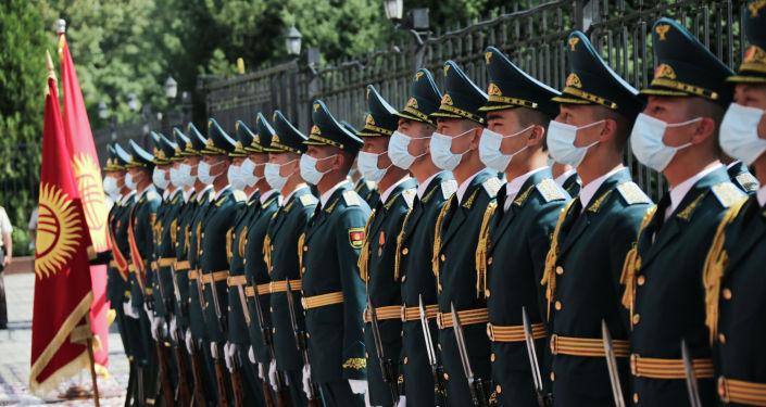 Солдаты национальной гвардии во время официального визита министра обороны Турции Хулуси Акара в Бишкеке. 29 июня 2021 года