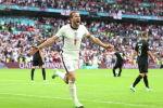 Английский футболист Гарри Кейн празднует забитый второй гол на стадионе Уэмбли в Лондоне