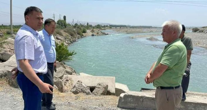 Глава Джалал-Абадской области Абсаттар Сыргабаев посетил канал, проходящий через село Джийде Атабековского айыл окмоту Сузакского района, и увидел объем воды.