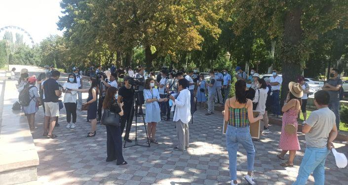 Мирный митинг за свободу слова и против законопроекта О защите от ложной и недостоверной информации возле здания Жогорку Кенеша в Бишкеке