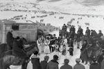 Тоодогу чабандарга концерт коюп барган Нарын облустук академиялык музыкалык драма театрынын артисттеринин сүрөтү 1971-жылдын декабрь айында тартылган